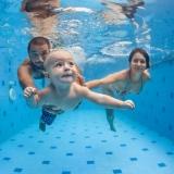 Die Wassertemperatur sollte zwischen 32 und 34 Grad liegen. Kurse sind für Babys ab dem 3. Lebensmonat geeignet.